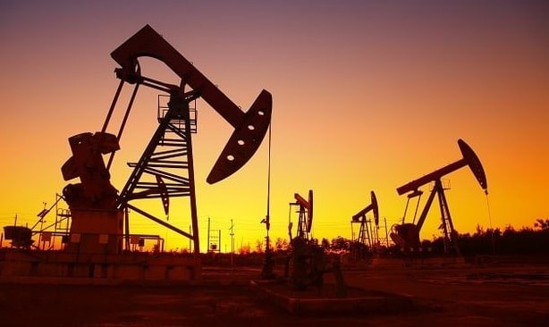 Oil heads for third weekly decline, but Iran sanctions limit losses