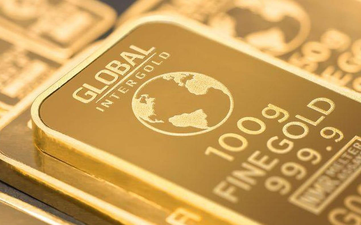 Gold prices fell to a one-week low as investors hedged in US dollars