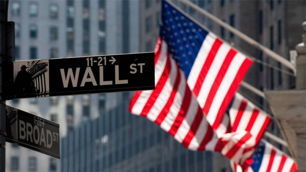 Wall Street indexes sank under the pressure of technology stocks